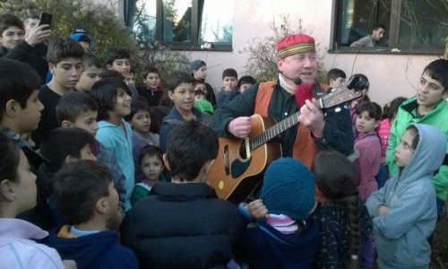 Glückliche Kinder sangen und klatschten mit